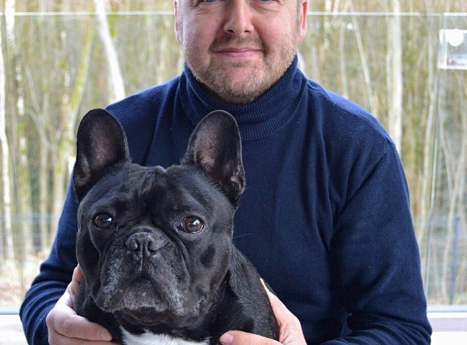Fabrice Ligny, enseignant à l'école secondaire de l'IMP Marcinelle tient don chien sur les genoux.