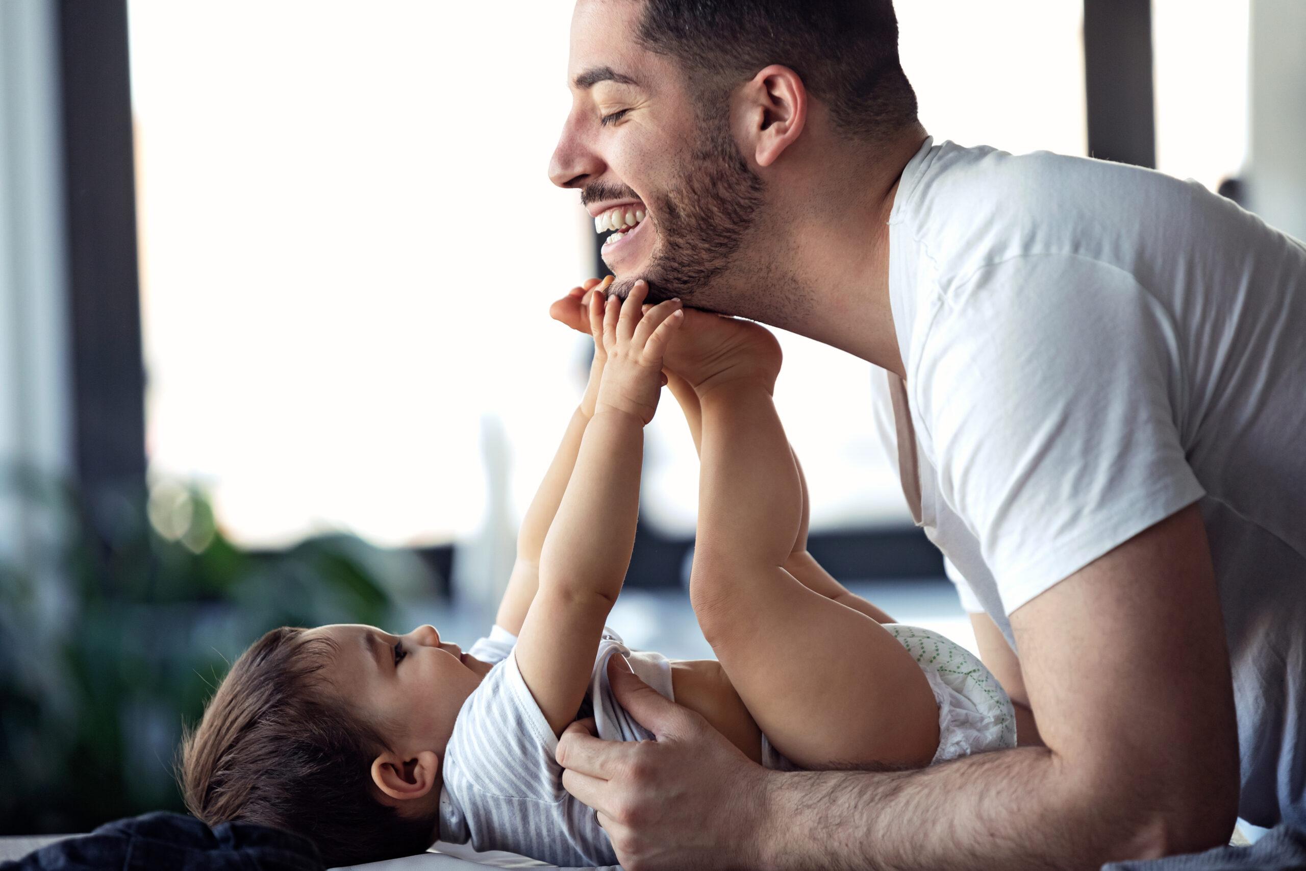Un homme et un bébé passent un moment de joie ensemble