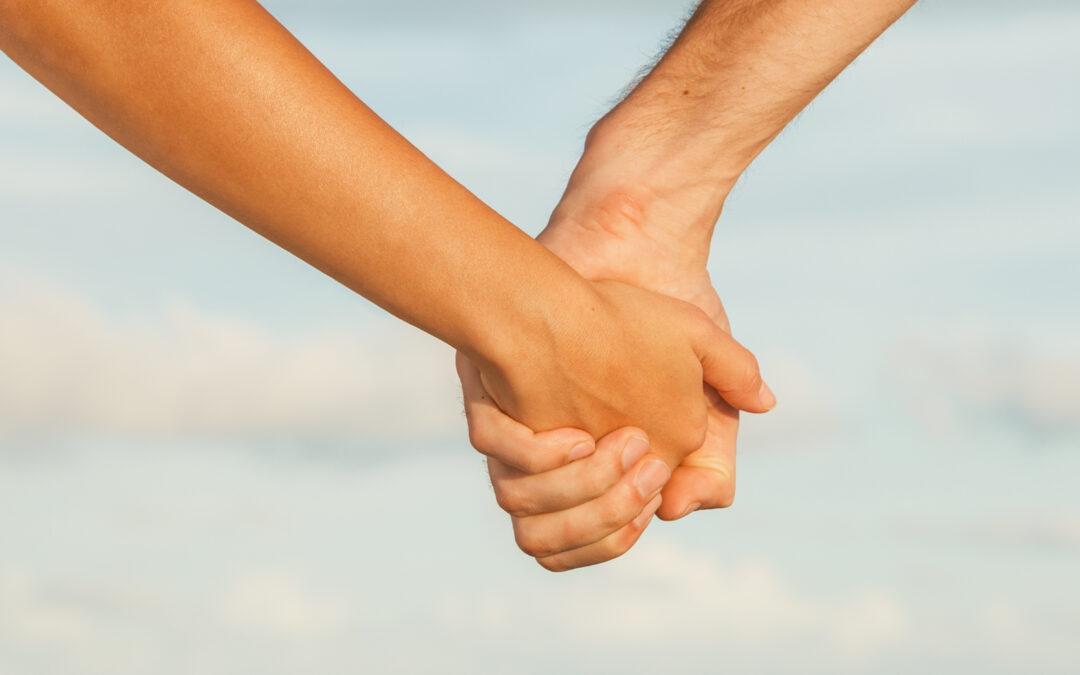 Photo d'amoureux se tenant par la main